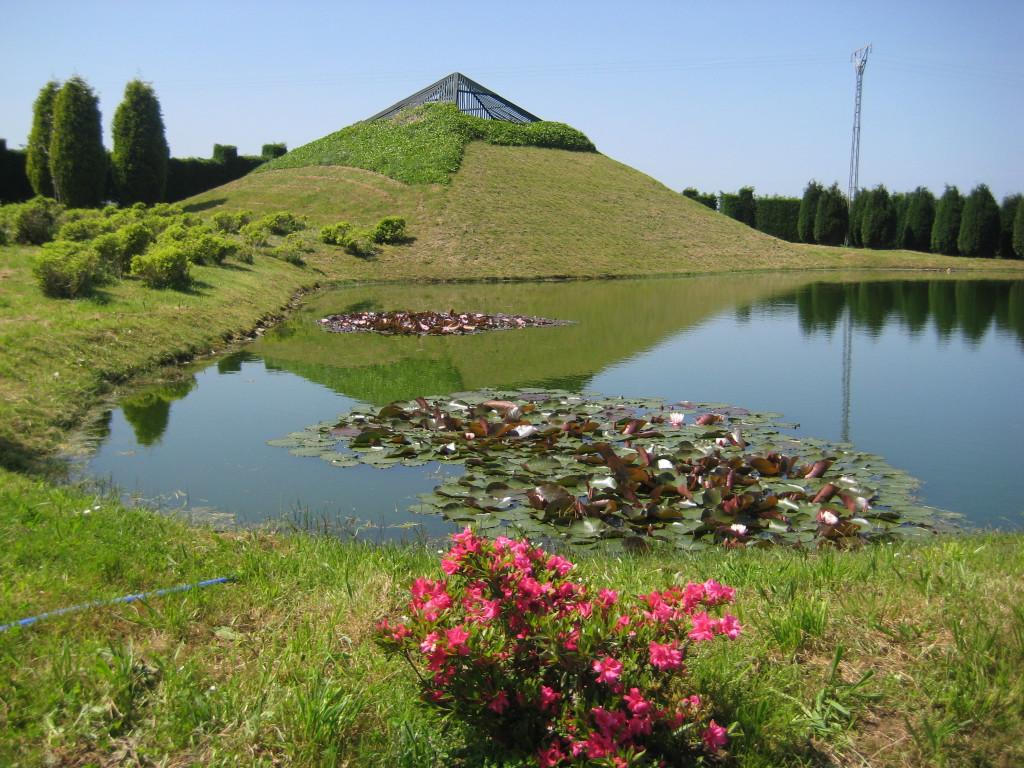 piramide-lago-jardines-el-chano